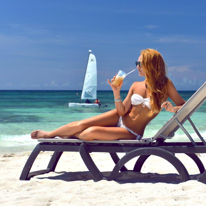 Donna che si rilassa colada tropicale d di pina del cocktail dell'alcool della spiaggia del mare fotografie stock