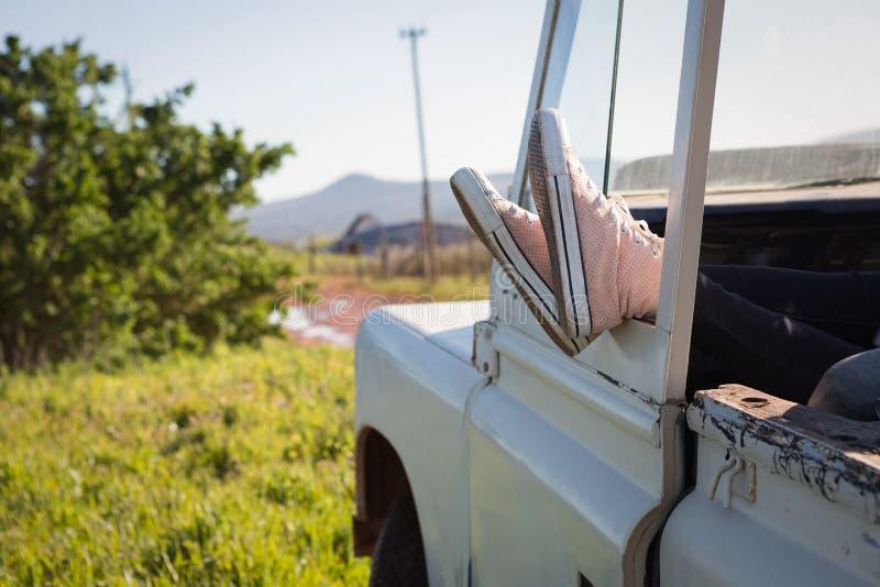 Donna che si rilassa con i piedi su in automobile fotografia stock