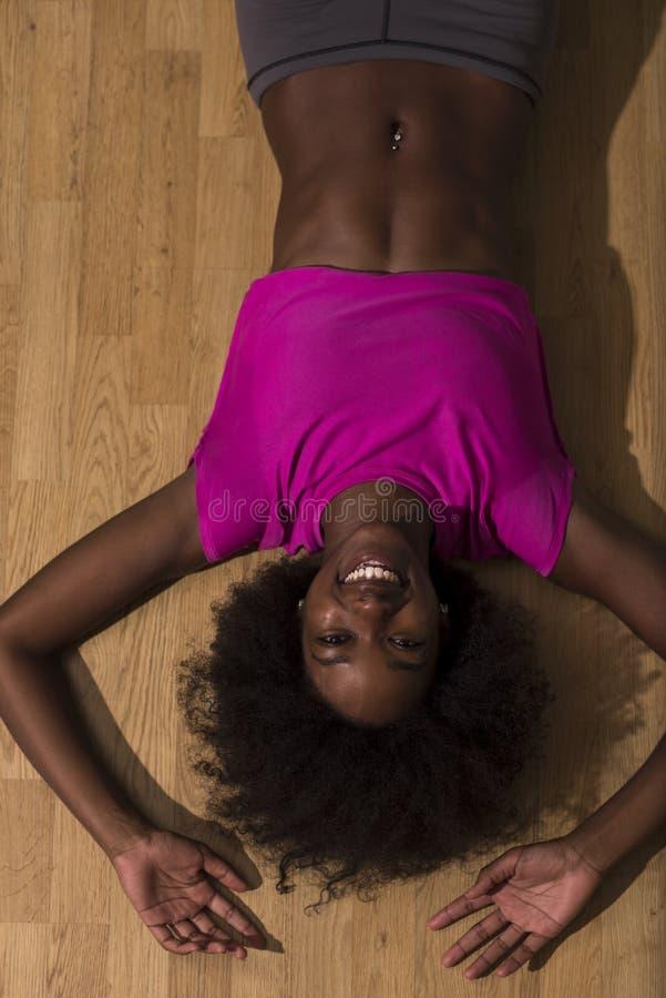 Donna che si rilassa dopo l'allenamento dei pilates fotografie stock libere da diritti