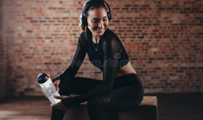Donna che si rilassa dopo la formazione alla palestra fotografie stock