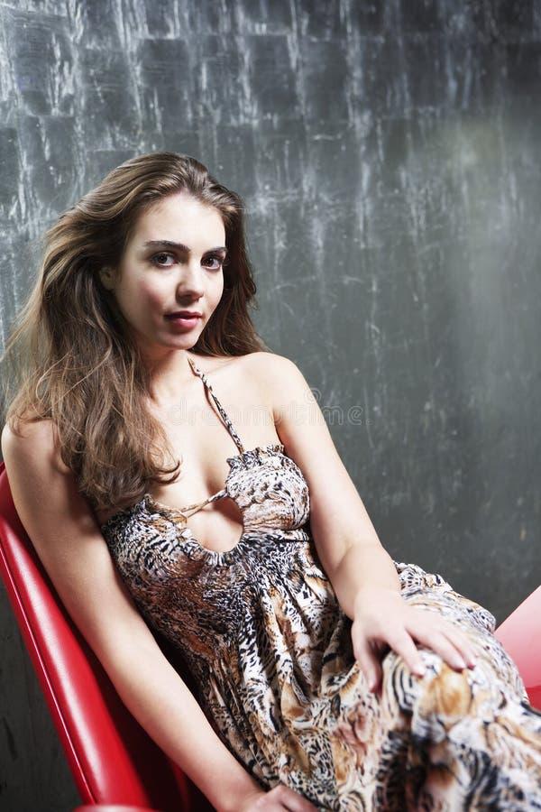 Donna che si rilassa sulla sedia al night-club fotografie stock libere da diritti