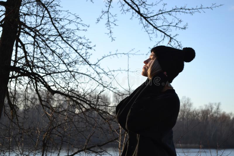 Donna che si rilassa vicino al fiume immagini stock libere da diritti