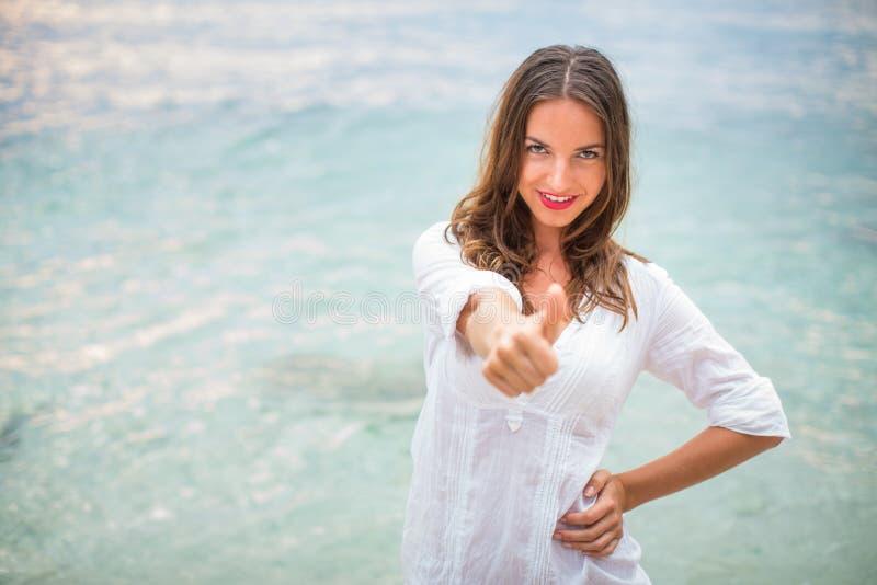 Donna che si rilassava in spiaggia immagini stock libere da diritti