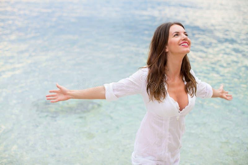 Donna che si rilassava in spiaggia immagine stock