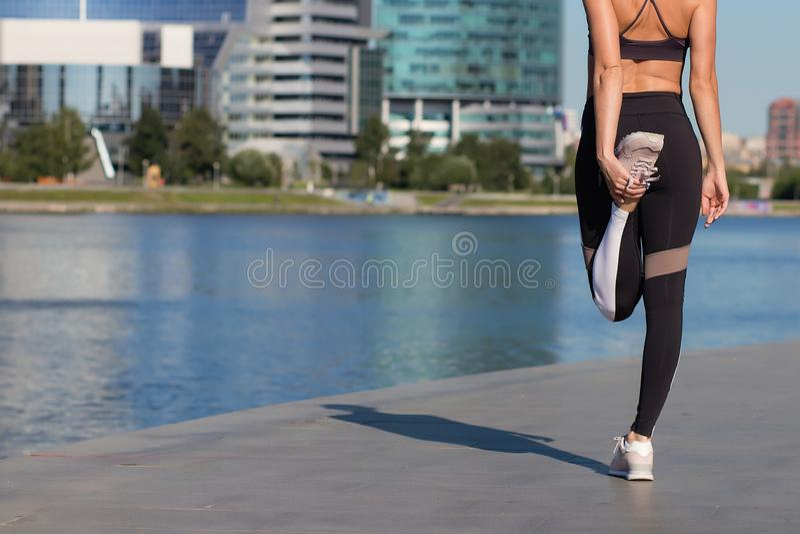 Donna che si scalda sull'argine fotografie stock