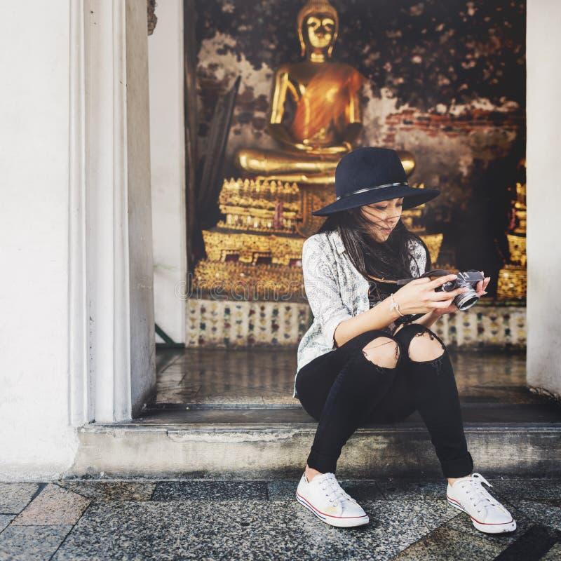 Donna che si siede controllando concetto della foto fotografie stock