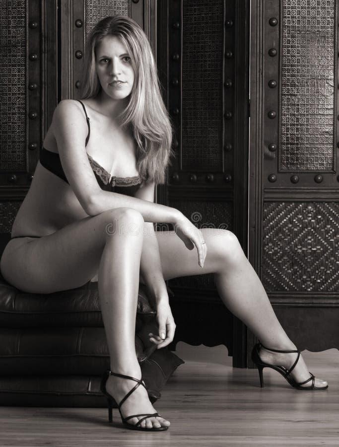 Download Donna Che Si Siede In Sua Biancheria Fotografia Stock - Immagine di femmina, sorriso: 219862