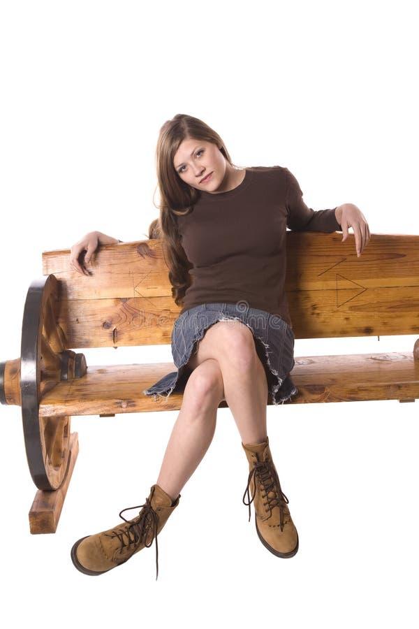 Donna che si siede sul banco serio con il pannello esterno immagine stock libera da diritti
