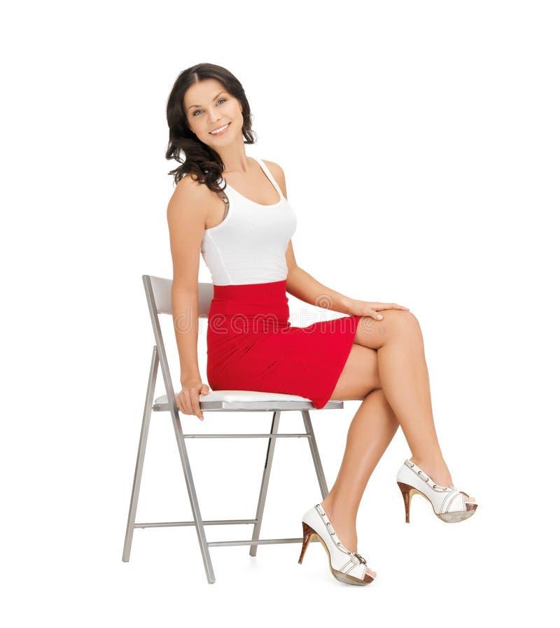 Donna che si siede sulla sedia immagine stock libera da diritti