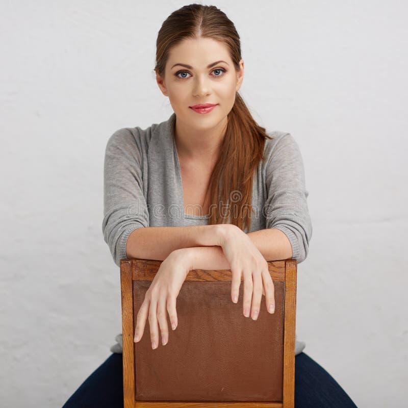 Donna che si siede sulla sedia, bello modello Parte posteriore della sedia fotografia stock