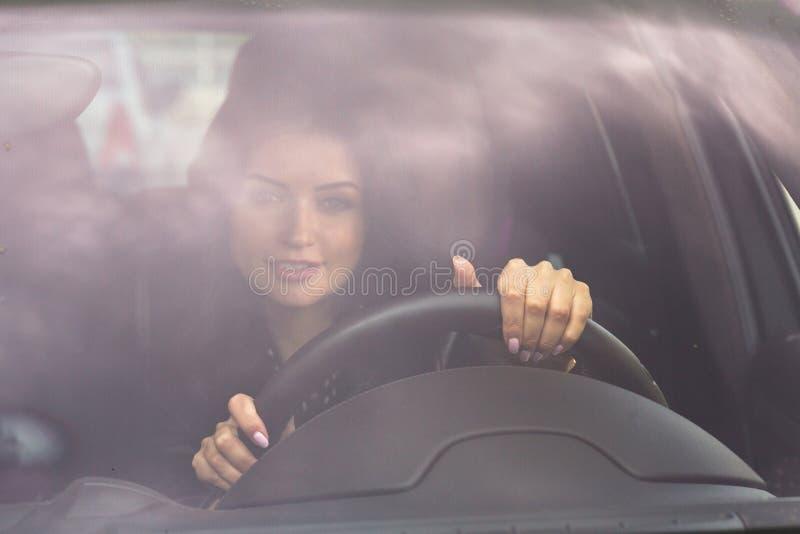 Donna che si tiene per mano sulla vista frontale del volante fotografia stock libera da diritti