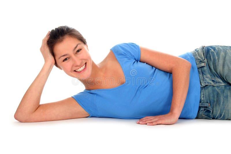 Download Donna che si trova giù fotografia stock. Immagine di allegro - 3881014