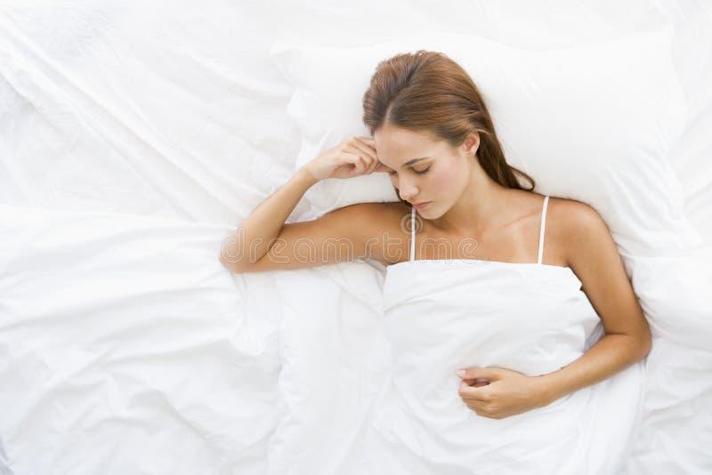 Donna che si trova nel sonno della base fotografia stock