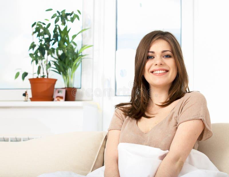 Donna che si trova sul sofà immagine stock