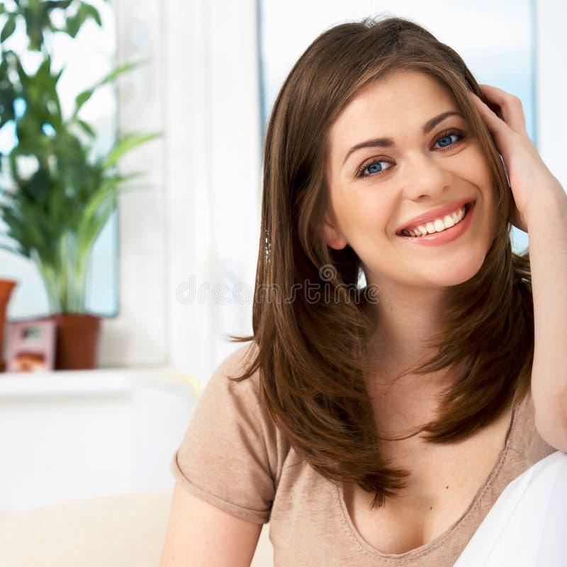 Donna che si trova sul sofà fotografia stock libera da diritti