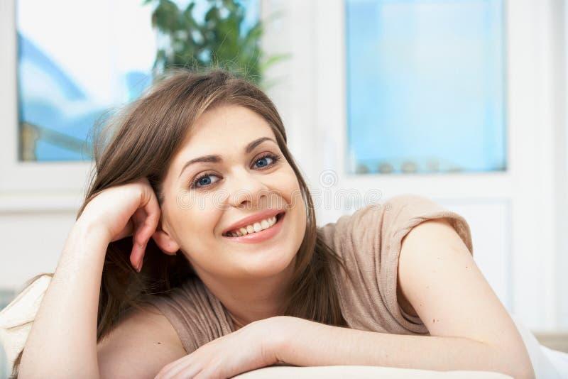 Donna che si trova sul sofà fotografie stock