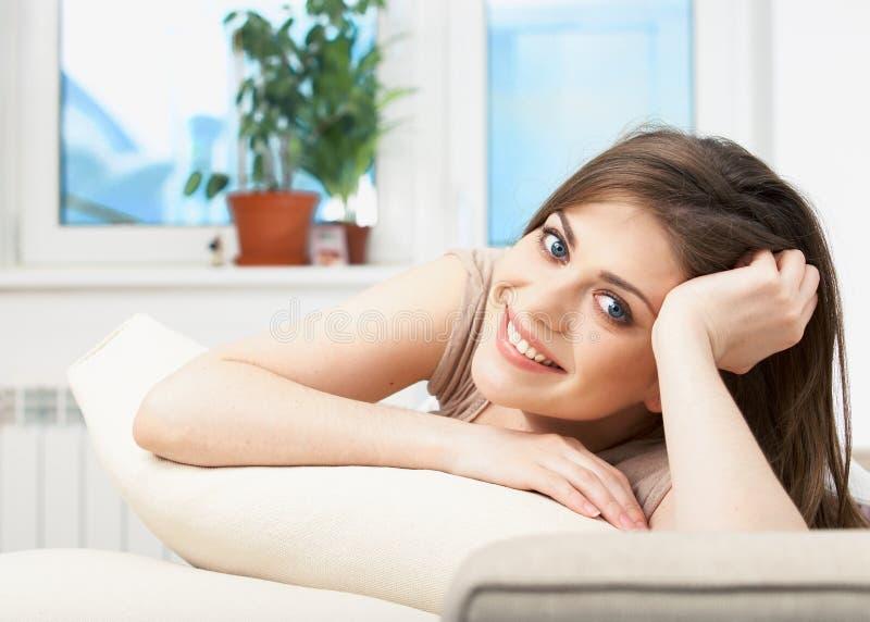 Donna che si trova sul sofà fotografia stock