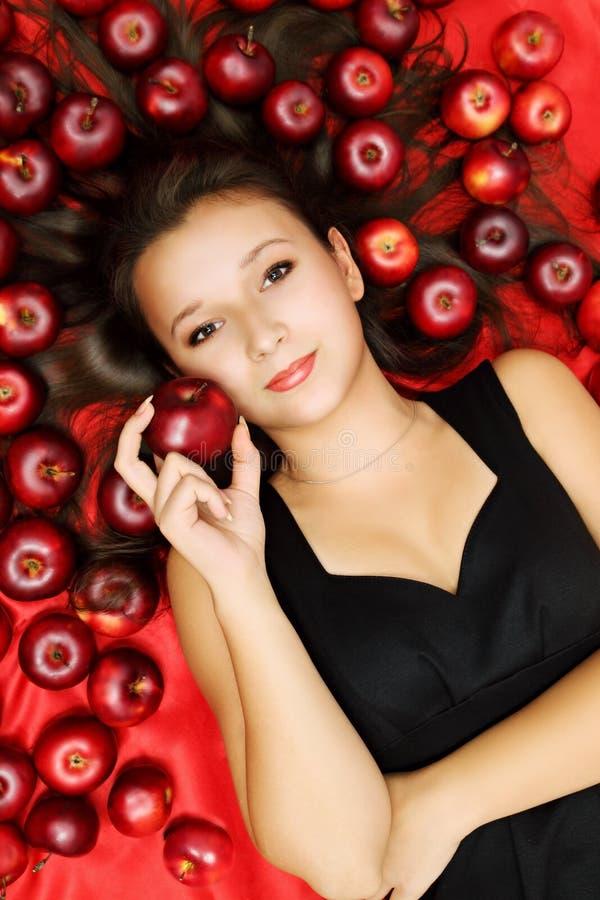Donna che si trova sulle mele fotografie stock