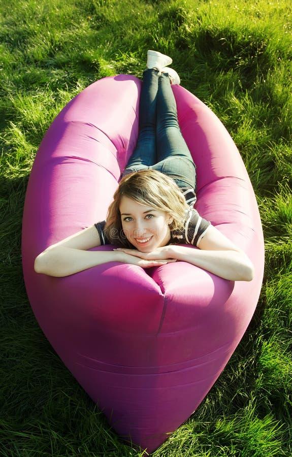 Donna che si trova in un sofà gonfiabile fotografia stock libera da diritti