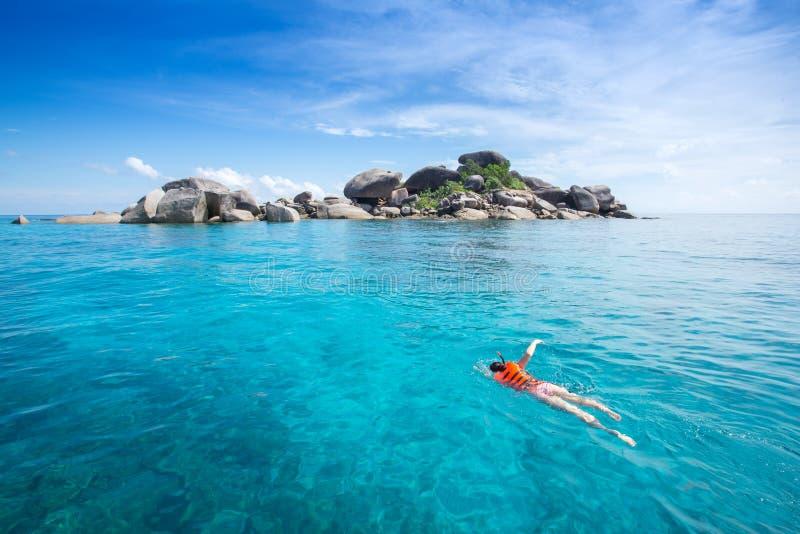 Donna che snorkling all'isola di Similan Mare delle Andamane Tailandia, grande f fotografia stock