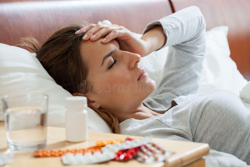 Donna che soffre dall'influenza fotografia stock