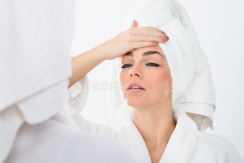 Download Donna Che Soffre Dalla Febbre Fotografia Stock - Immagine di emicrania, malattia: 55363974