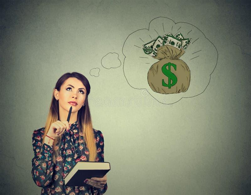 Donna che sogna del successo finanziario fotografie stock libere da diritti