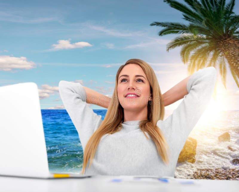 Donna che sogna della vacanza sul lavoro immagini stock