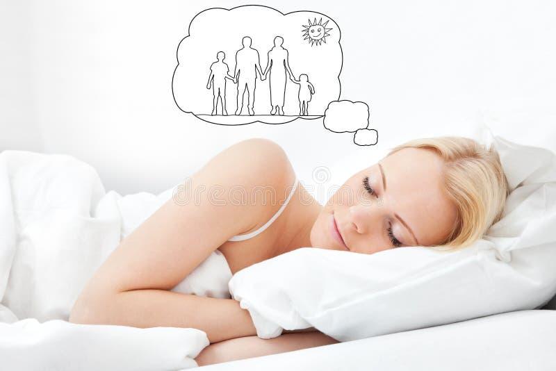 Donna che sogna insieme dell'avere famiglia immagini stock libere da diritti