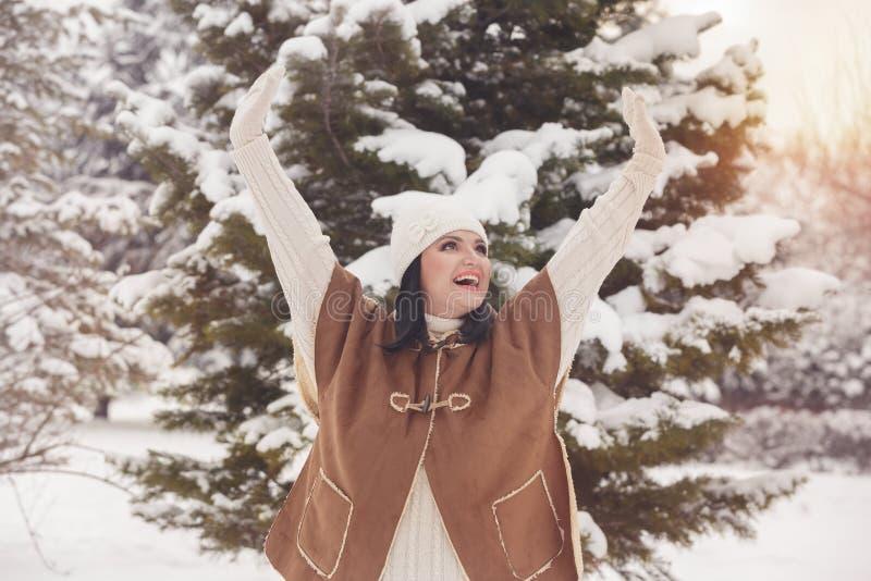 Donna che solleva le mani e che ride all'aperto fotografia stock