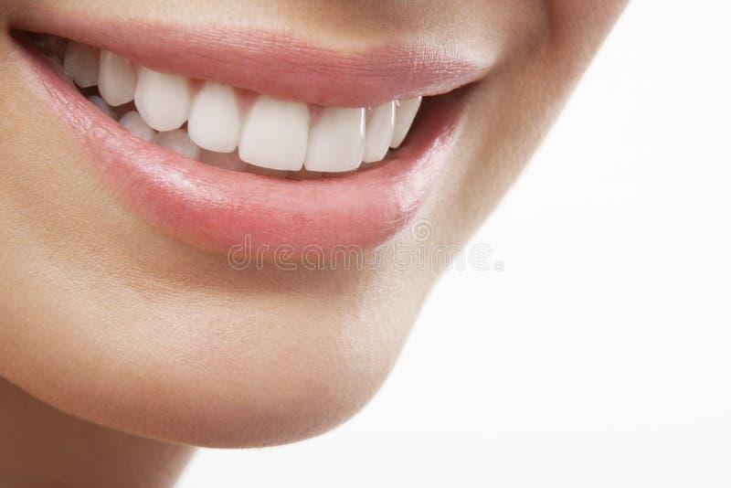 Donna che sorride con i denti di bianco di prefetto immagine stock