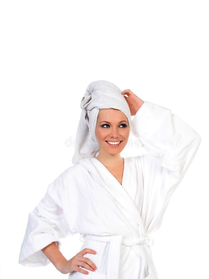 Donna che sorride dopo la distensione del bagno fotografia stock