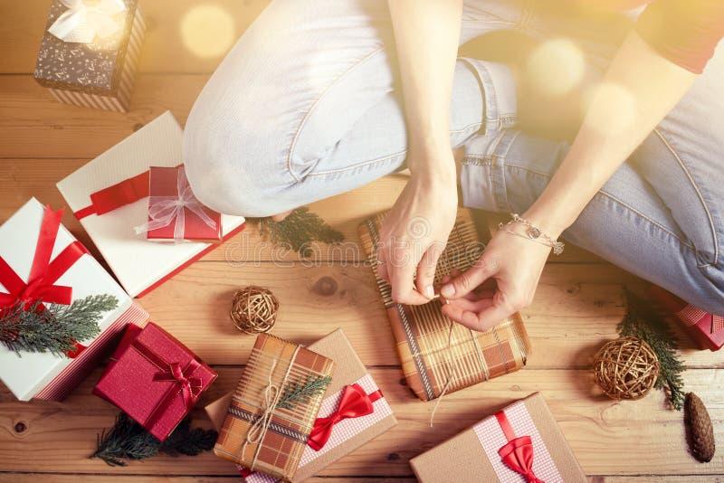 Donna che sposta i regali di Natale immagini stock