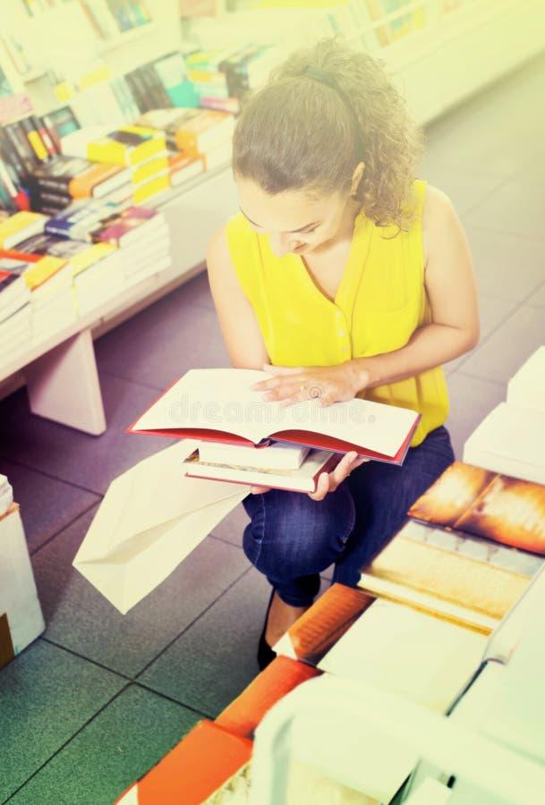 Donna che sta con aperto nel deposito degli editori fotografie stock