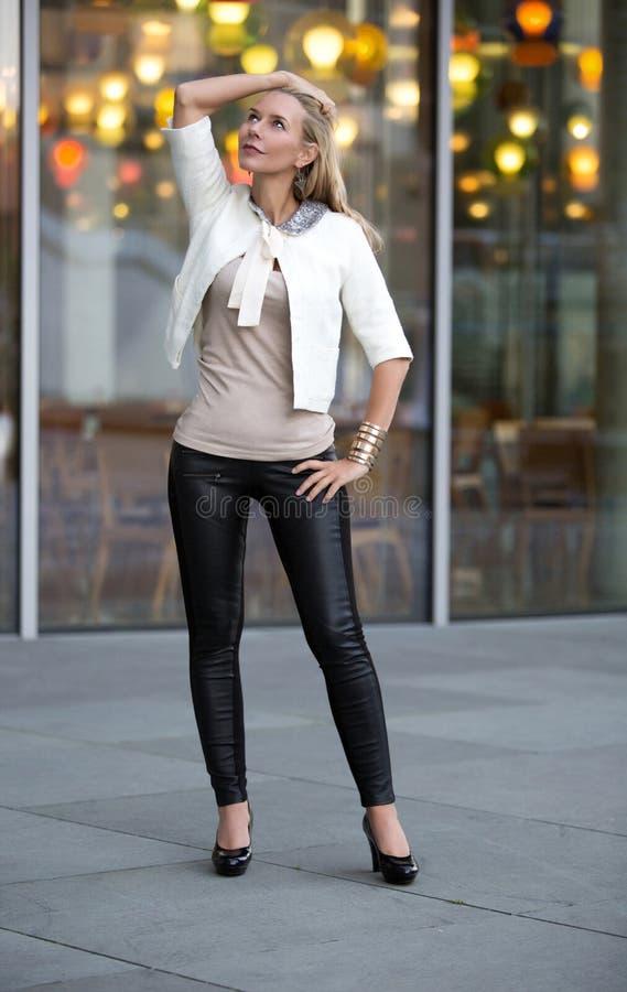 Donna che sta davanti ad un ristorante fotografia stock libera da diritti