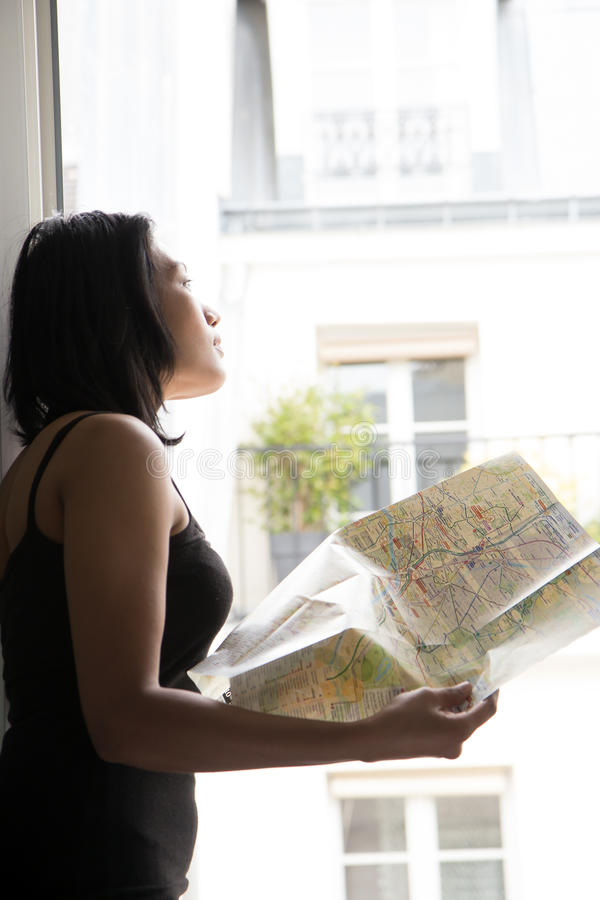 Donna che studia mappa fotografia stock libera da diritti