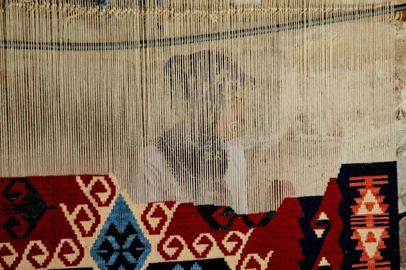 Donna che tesse una moquette turca tradizionale fotografia stock libera da diritti