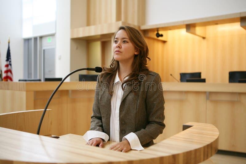 Donna che testimonia immagine stock libera da diritti