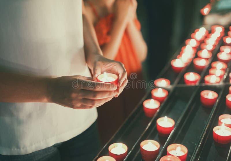 Donna che tiene candela immagini stock libere da diritti