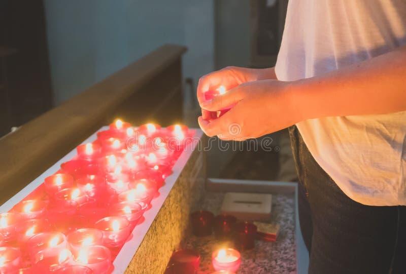 Donna che tiene candela immagini stock