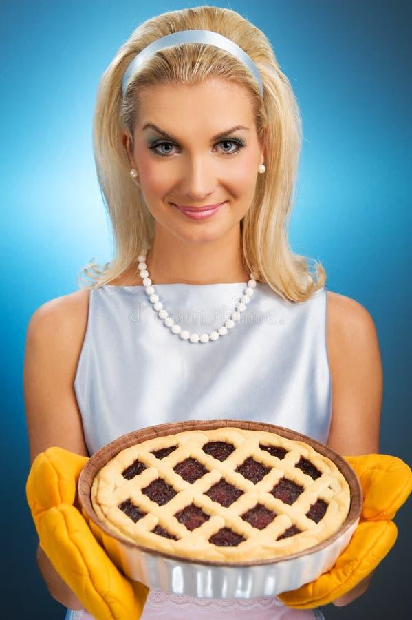 Donna che tiene grafico a torta italiano caldo fotografia stock