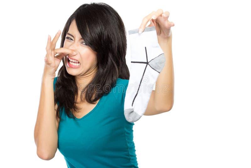 Donna che tiene i vestiti sporchi fotografie stock