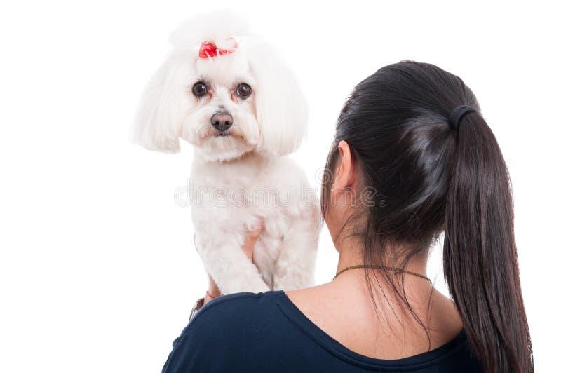 Donna che tiene il suo cane sulla spalla fotografia stock