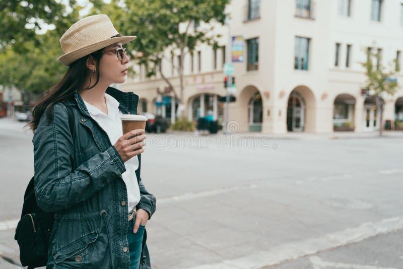 Donna che tiene il suoi caffè e condizione fotografia stock libera da diritti