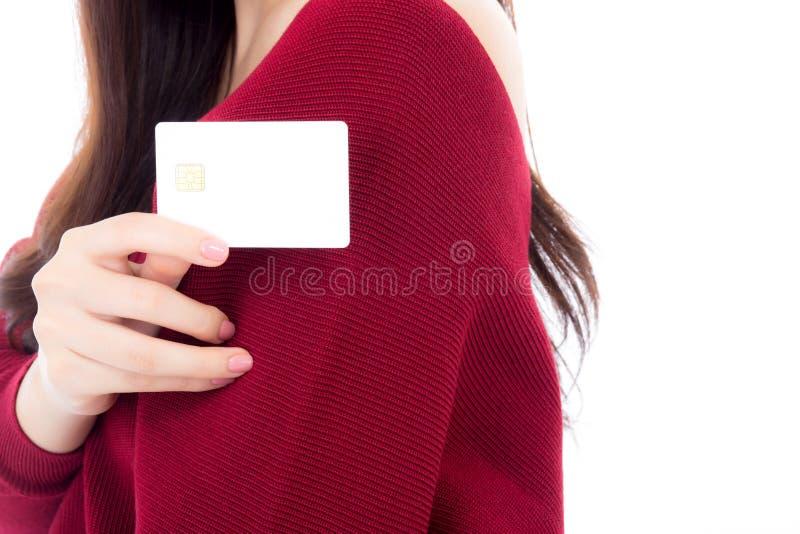 Donna che tiene la carta di credito in bianco di affari per derisione su fotografia stock