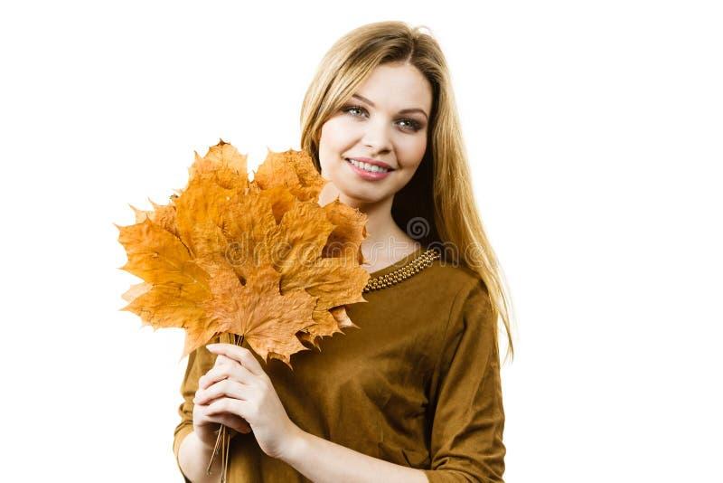 Donna che tiene la foglia arancio di autunno fotografia stock libera da diritti