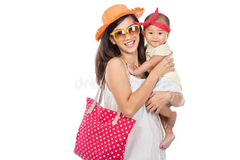 Donna che tiene la sua neonata Ready per andare sulla vacanza immagini stock