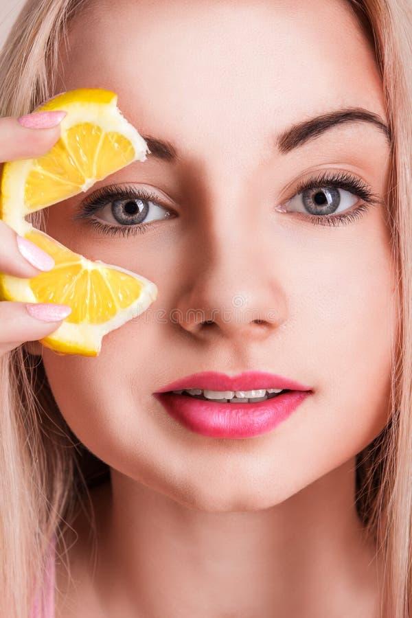 Donna che tiene limone fresco immagini stock