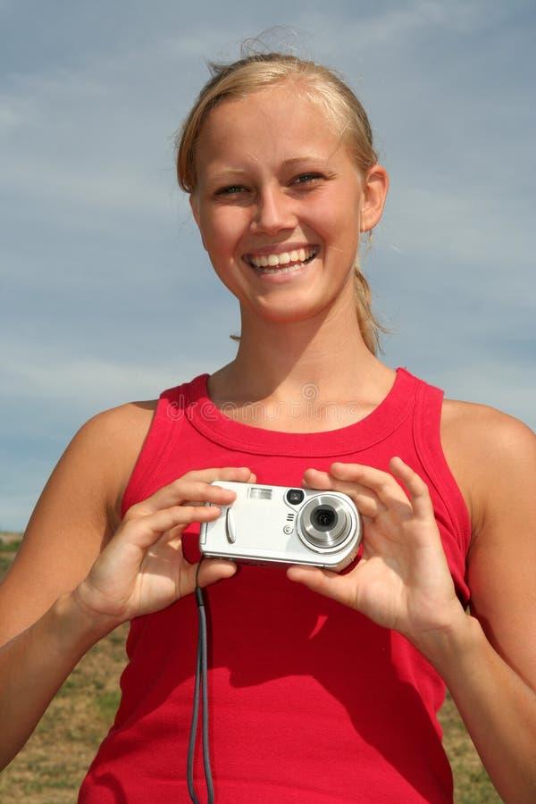 Donna che tiene macchina fotografica digitale immagini stock libere da diritti