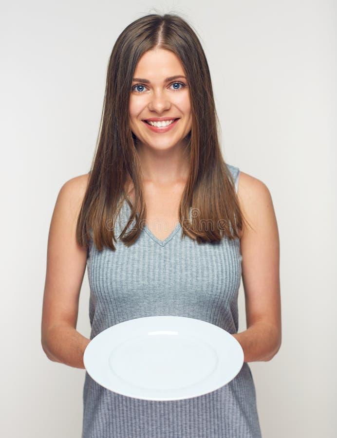 Donna che tiene piatto bianco Cameriera di bar sorridente della ragazza immagini stock libere da diritti
